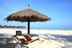 在马尔代夫海滩的遮阳伞 库存照片
