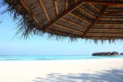 在马尔代夫海滩的遮阳伞 免版税库存照片