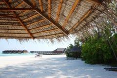 在马尔代夫海滩的遮阳伞 免版税库存图片