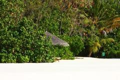 在马尔代夫海滩的遮阳伞 库存图片
