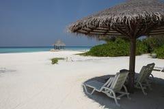 在马尔代夫海滩的遮阳伞 免版税图库摄影