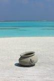 在马尔代夫海滩的水罐 免版税库存照片