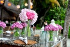 在马尔代夫海滩设定的花卉表焦点 库存图片