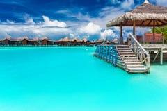 在马尔代夫的一个热带海岛上的小船跳船有蓝色lago的 库存图片