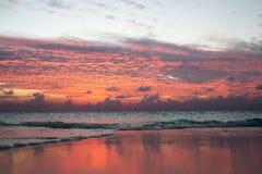 在马尔代夫的五颜六色的日落在水中反射天空 免版税库存图片