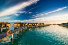 在马尔代夫的海岛上的日落时间在桥梁连接的小圆面包的 图库摄影