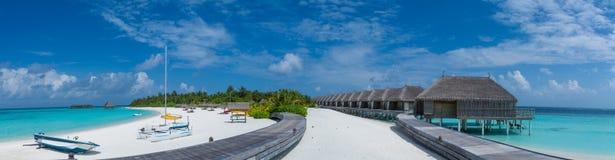 在马尔代夫的热带海岛海滩全景视图 免版税库存图片