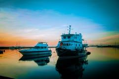 在马尼拉港口正方形的两条游艇 免版税图库摄影