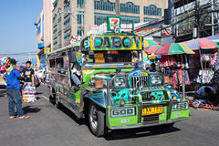 在马尼拉街道上的Jeepney 图库摄影