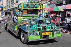 在马尼拉街道上的Jeepney 免版税库存照片