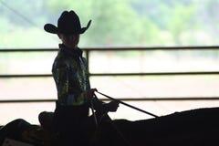 在马展示的女牛仔骑马 免版税库存图片