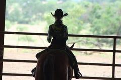 在马展示的女牛仔骑马 免版税库存照片