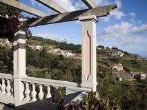 在马德拉岛的山的美丽的景色在海洋边缘的 免版税库存照片