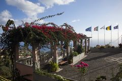 在马德拉岛的山的美丽的景色在海洋边缘的 库存图片