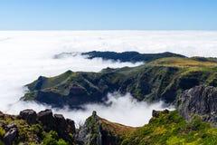 在马德拉岛的心脏在山附近的Pico做Arieiro -多山风景 免版税库存照片
