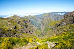 在马德拉岛的海岛的北部的山 免版税库存图片