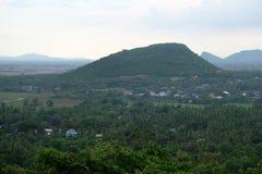 在马德望省,柬埔寨的一座大山 库存图片