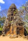 在马德望,柬埔寨附近的Wat巴南 免版税库存照片