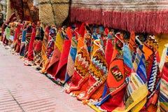在马拉喀什麦地那,摩洛哥街道的五颜六色的地毯  库存照片