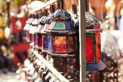 在马拉喀什souq的摩洛哥玻璃和金属灯笼灯 库存照片