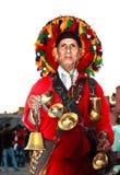 在马拉喀什浇灌典型的摩洛哥服装的卖主 免版税库存照片