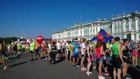 在马拉松开始前的赛跑者 免版税库存照片