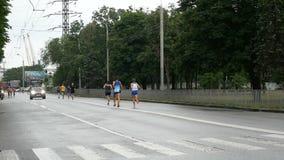 在马拉松期间的赛跑者,当下雨时 股票录像