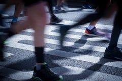 在马拉松运动员腿和脚的特写镜头与行动迷离 库存图片