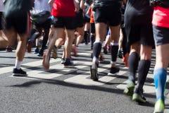 在马拉松运动员腿和脚的特写镜头背面图与行动 图库摄影
