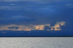 在马拉维湖(湖Nyasa)的日落 免版税库存照片
