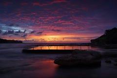 在马拉巴尔岩石水池的黎明天空 库存图片