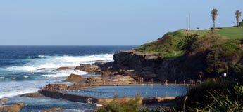 在马拉巴尔海滩的室外游泳池 免版税库存照片