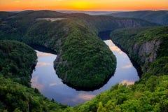 在马掌伏尔塔瓦河河的日落 美好的河曲在从著名监视少校的捷克 免版税库存照片