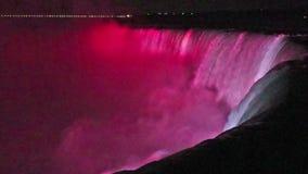 在马掌的夜在有五颜六色的光的尼亚加拉瀑布降临 股票录像