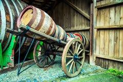 在马推车的葡萄酒桶 免版税库存图片