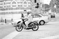 在马来西亚的街道上的人乘驾 图库摄影