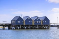 在马格丽特里弗澳大利亚附近的Busselton跳船如被看见从海滩岸反对蓝天 免版税库存图片