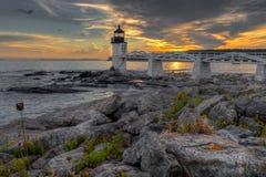 在马歇尔点灯塔的海岸线日落 库存照片