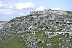 在马泰拉前面石头的高度著名为洞的许多是岩石教会和是的影片套 库存照片
