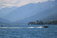 在马焦雷湖的滑水竞赛 汽艇拉扯的一个滑雪者 免版税库存照片