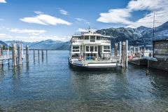 在马焦雷湖的被停泊的小船 库存照片