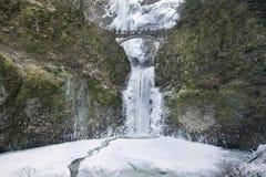 在马特诺玛瀑布的桥梁在冬天 免版税库存照片