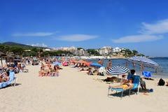 在马略卡海岛上的海滩场面  免版税库存照片