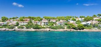 在马略卡海岛上的美好的海岸建筑学 免版税库存图片