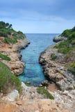 在马略卡海岛上的长的岩石海湾 库存照片