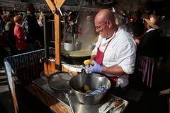 在马略卡烹调准备在一个跳蚤市场上的膳食 免版税库存照片