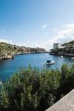 在马略卡的岩石小海湾有船的在阳光下 库存照片