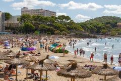 在马略卡的拥挤海滩 库存照片
