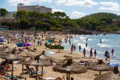 在马略卡的拥挤海滩 免版税库存图片