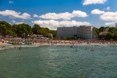 在马略卡的拥挤海滩 库存图片
